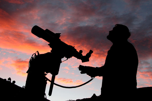 Waiting for the clouds to clear at sunset, TV-102 and AP-1200 mount at the Mauna Kea VIS.